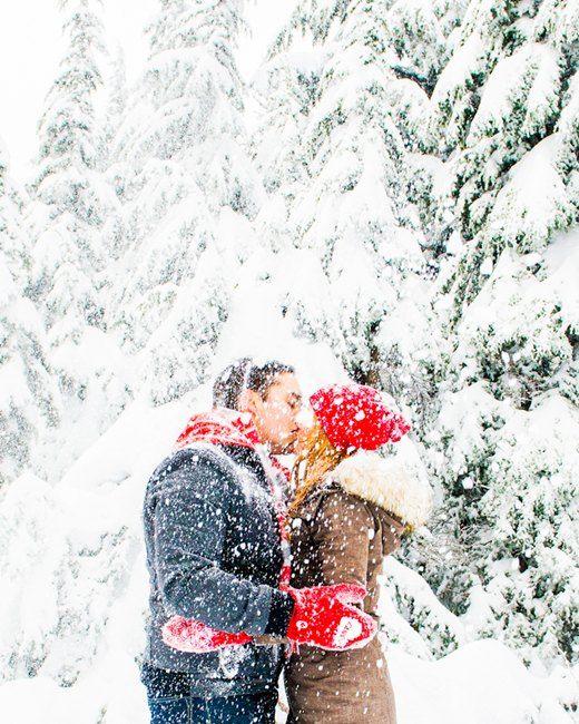 Csók a hóesésben.