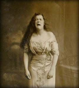 a tüsszentő nő
